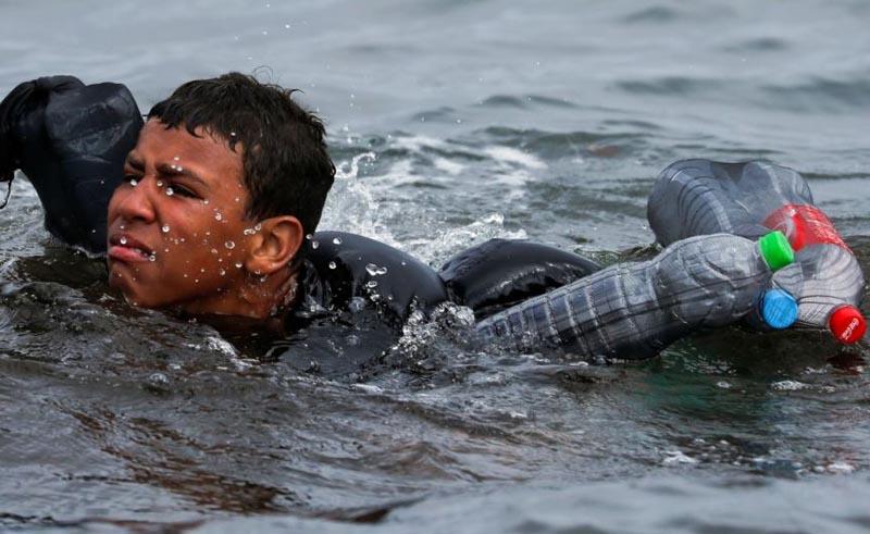 Ese morito que llega nadando con botellas de plástico colgadas a la espalda. José Vicente Pascual